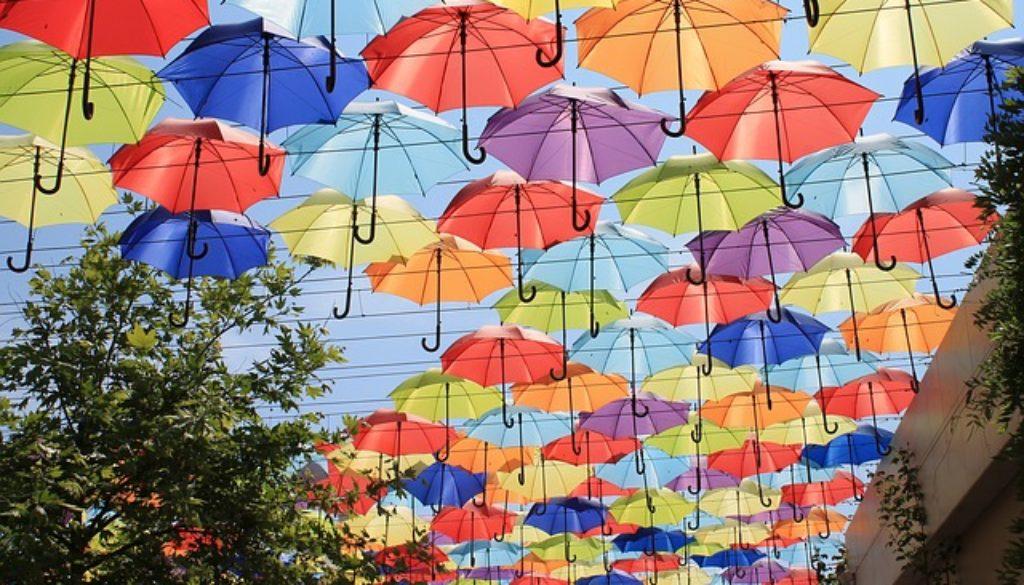 umbrellas-3423735_640